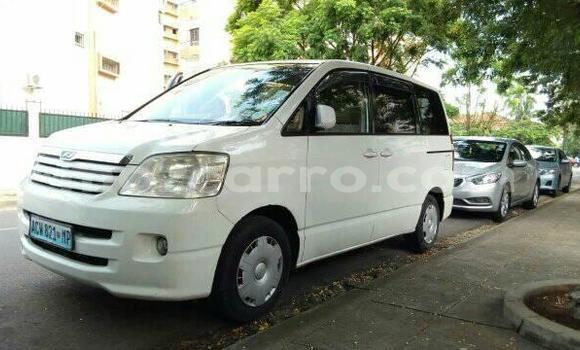 Comprar Usado Toyota Noah Branco Carro em Maputo em Maputo