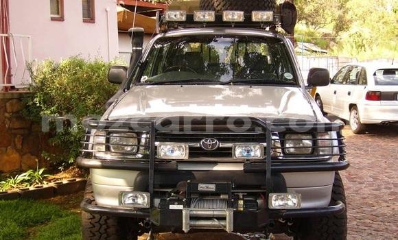 Comprar Usado Toyota Hilux Bege Carro em Beira em Sofala